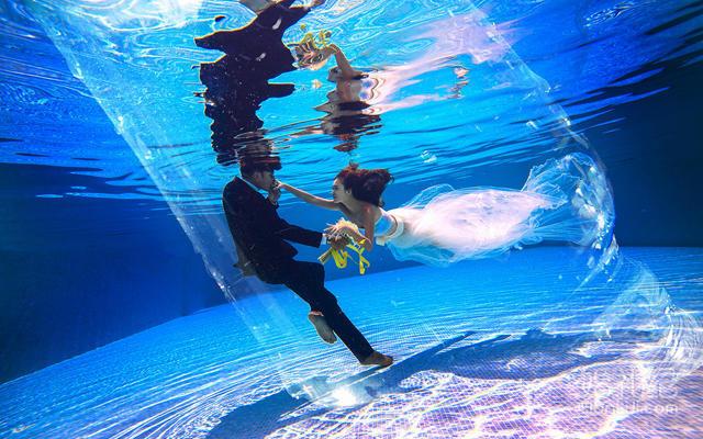 站在水中的闺蜜头像