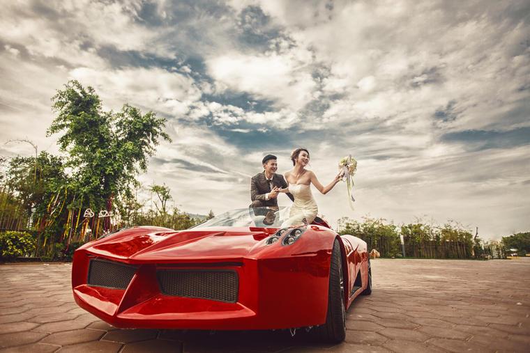 奢华跑车 时尚婚纱照