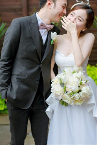 【BRIDES新娘礼服】鲜花和少女