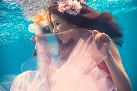 璀璨巴黎水下美人鱼婚纱照图片
