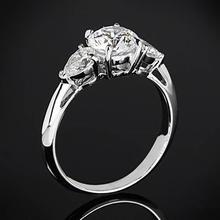 【呓人珠宝】三钻配水滴形钻石戒指