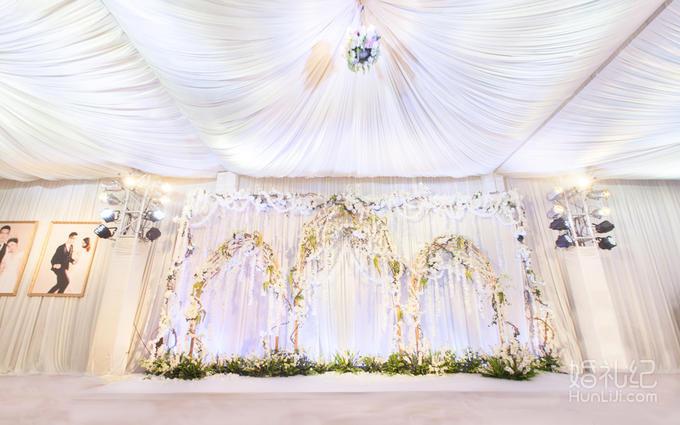 吊顶 1个 舞台背景 1套 竹节椅 350张 鲜花桌花 35个  灯光舞美 婚礼