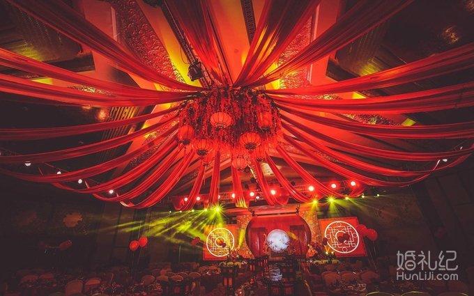 经典的中式图腾花纹,将新中式婚礼的风格格调体现的淋浓浓的大红色