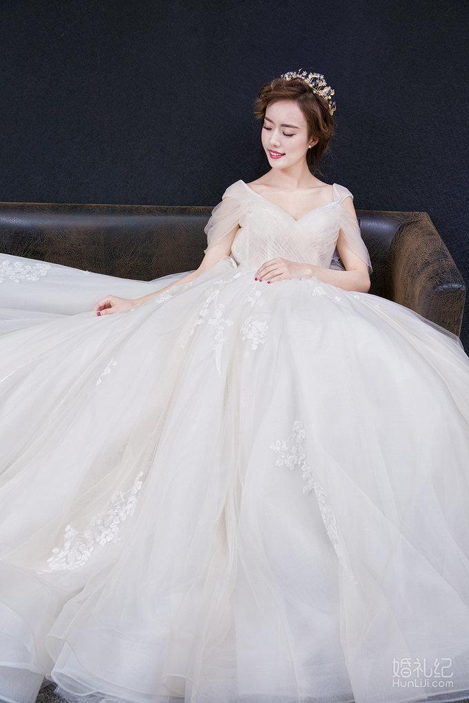 香槟色的一字肩婚纱 裙摆上的刺绣点缀是这件婚纱特别的地方 一字肩