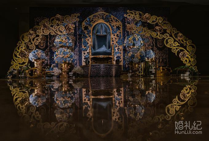 首席  布置 迎宾区 主题喷绘 雪浮板造型 弯杆 金色大花 欧式宫廷沙发