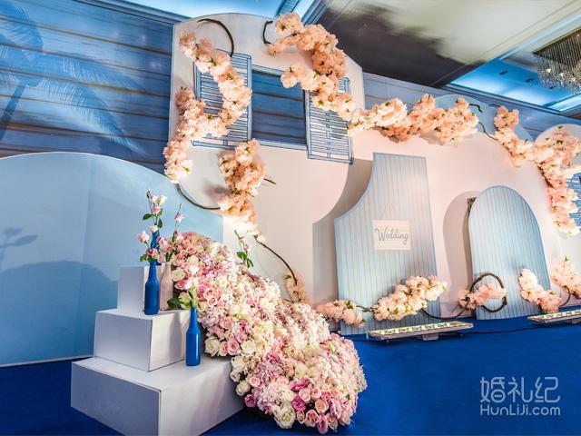圆形小舞台一个; 主舞台背景9m*3m; 主舞台鲜花瀑布一个; 樱花花艺