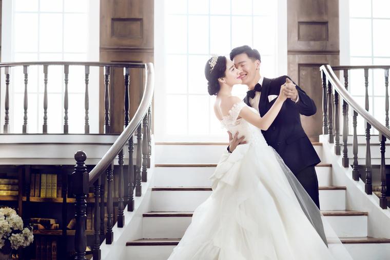 轻盈柔透的大摆婚纱,最适合新人主婚照的拍摄