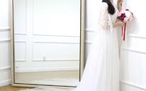女王气质蕾丝披肩式拖尾婚纱