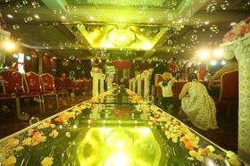 东方大酒店粉紫色鲜花婚礼布置