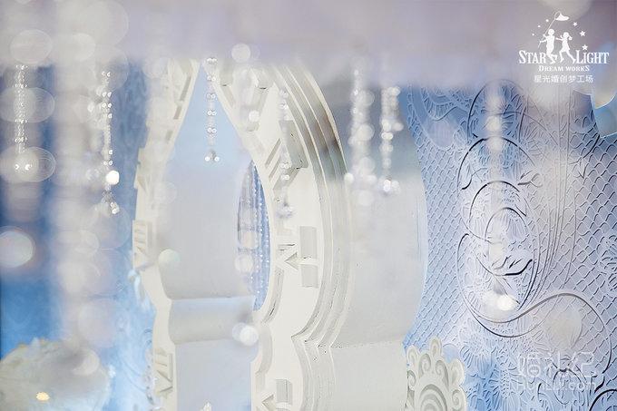 我们设计定制了一扇唯美的时光之门,造型灵感来自新疆建筑的穹顶.