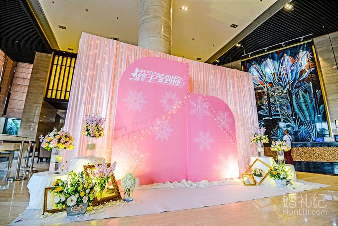 4,提供签到桌个性鲜花花艺装饰 5,提供木质画架1个; 6,提供主题婚礼画