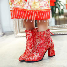 秋冬绸缎红色中式婚鞋短靴尖头中跟新娘鞋龙凤粗跟马丁靴绣花靴子
