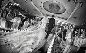 新娘跟妆 + 仪式拖尾婚纱 + 敬酒服租赁套餐