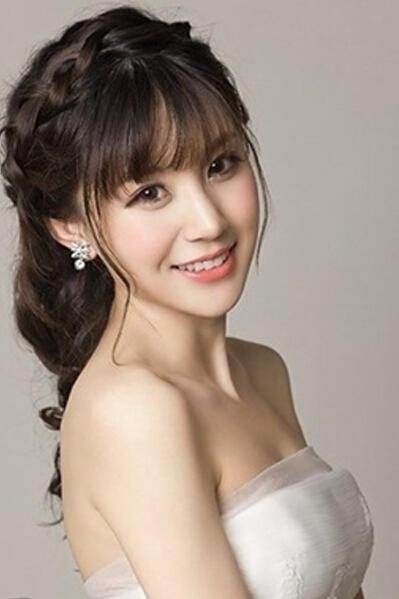 拍婚纱照头发染成什么颜色的好看啊?齐刘海拍好看吗?图片