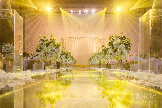 搭建及布幔吊顶设计1套 主舞台花艺造型及布景根据现场及婚礼风格设计