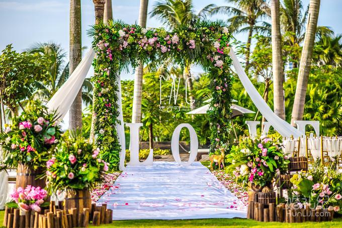 小木桩装饰四个; 提供仪式区两侧鲜花花瓣铺设;    灯光舞美 婚礼灯光
