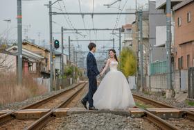 日本旅拍婚礼跟拍铁轨婚纱照