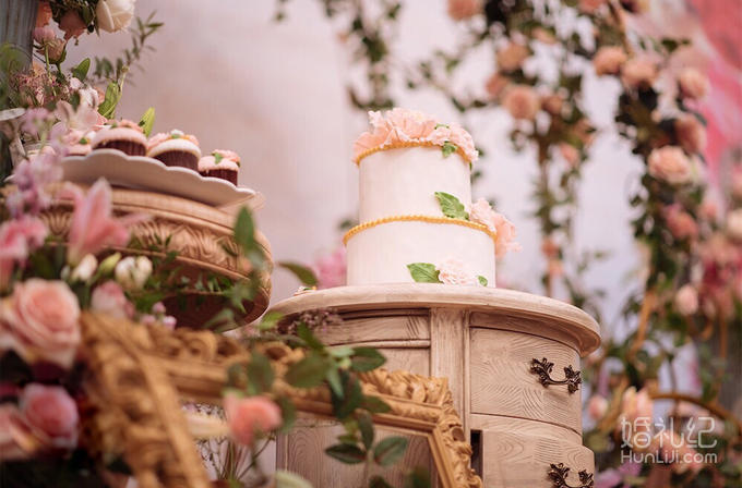 相信我们会像童话故事里,幸福快乐。