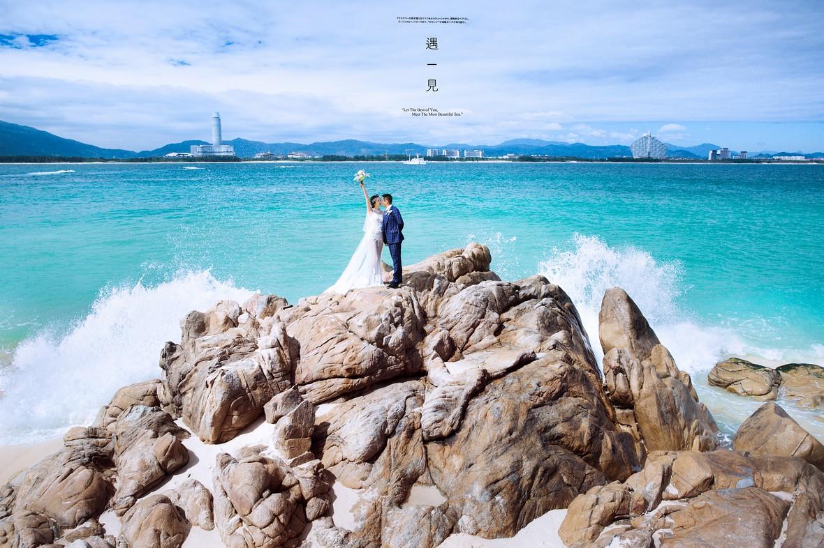 简约海岛礁石婚纱照图片