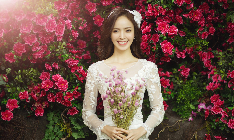 玫瑰花背景图-花墙婚纱照图片