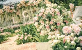 粉色户外婚礼唯美花艺布置