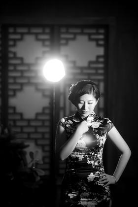 浅色系单色背景中国风复古旗袍婚纱照
