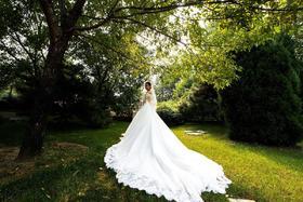 逸品定制重工蕾丝珠绣一字肩大拖尾婚纱