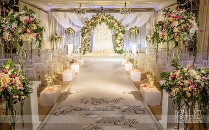 主背景定制婚礼logo设计 t台镜面地板(12米以内) 通道区定制立柱鲜花
