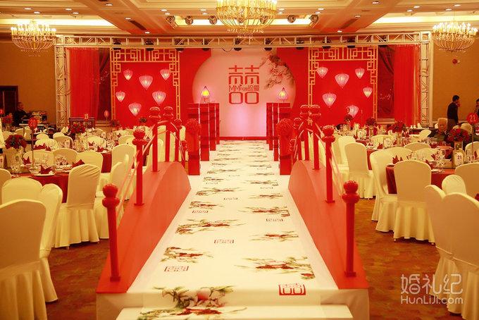 舞台区设计以红色为主,异形定制造型,做出立体错层的效果.