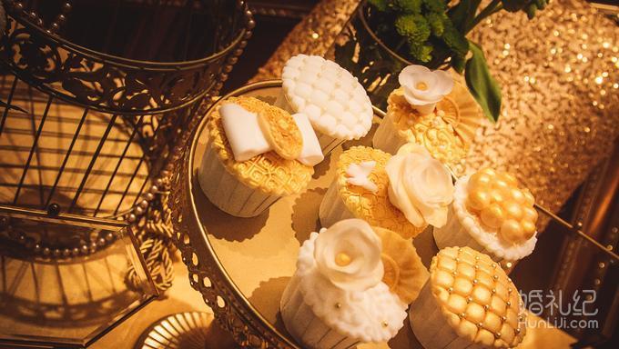拱形鲜花墙,金色铁艺道具,楼梯鲜花造型,水晶灯  灯光舞美 婚礼灯光