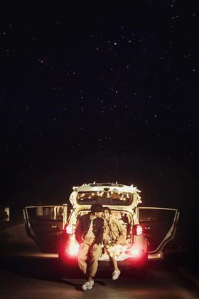 文艺范十足的汽车后备箱夜景主题婚纱照
