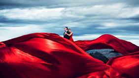 红色礼服大气外景礁石主题婚纱照