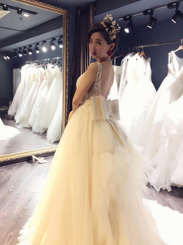 娇小新娘婚纱穿不住 新娘真人展这几款显瘦显高