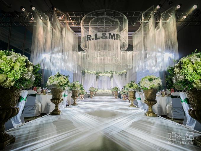 仪式区 白色吊顶  主舞台铁艺造型  罗马盆路引  灯光舞美 婚礼灯光