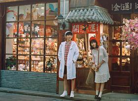 花田会婚纱摄影工作室-格子称衫文艺街景婚纱照