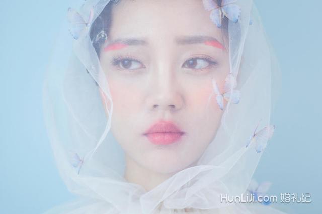 森系婚纱照的眼妆也是比较特别的,眼线只需要画到眼睑的部分,而且不能