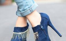 蓝色鞋子配什么颜色裤子