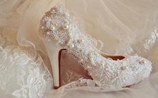 穿婚纱配什么颜色鞋子