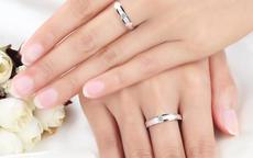 女孩中指戴戒指说明什么