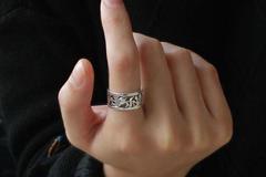 男生食指戴戒指什么意思