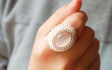 食指戴戒指什么意思