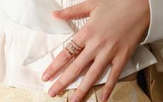 戒指应该带在哪个手指