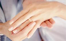 女孩子婚戒带哪只手