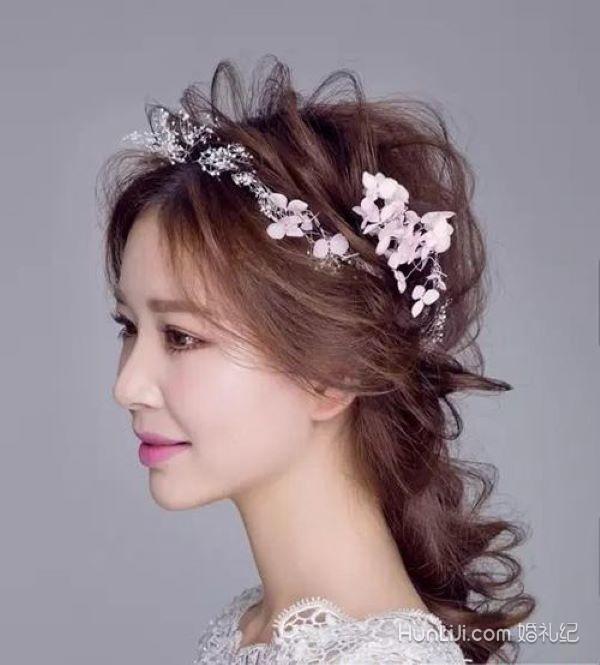 一,2019年最新新娘造型 1,仙女编发 这款发型适合灵动活力的新娘