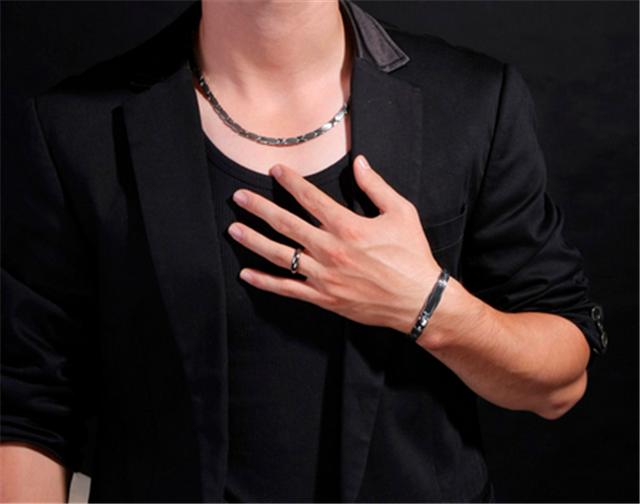 男孩左手无名指有痣_男生左手无名指戴戒指一定是结婚了吗【婚礼纪】