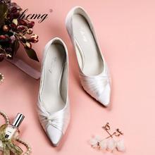 极简风法式白色绸缎尖头婚鞋