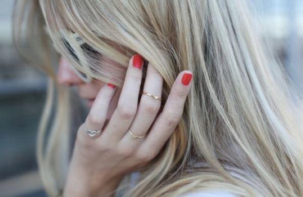 女生小指戴戒指