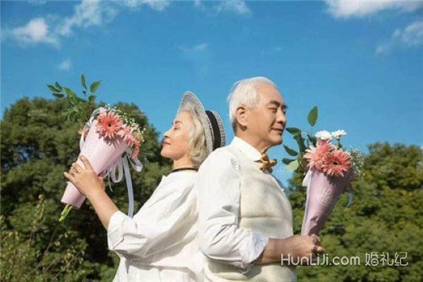 老人补拍婚纱照