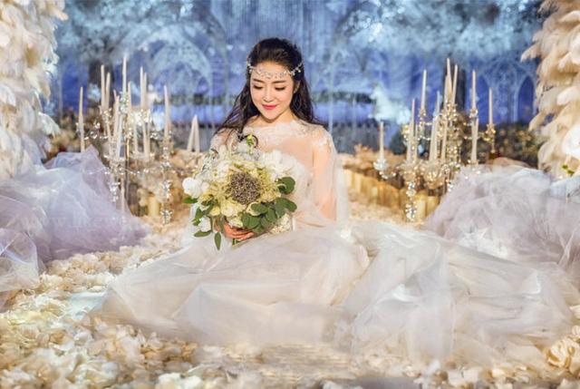 新娘在婚礼现场拍摄照片