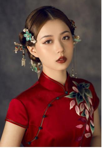 ○ 发型元素:中式中分低盘发+发簪+发夹 搭配红色旗袍更合适的,肯定
